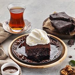 Brownie с Ванильным Мороженым, Шоколадным Соусом на Горячей Сковороде